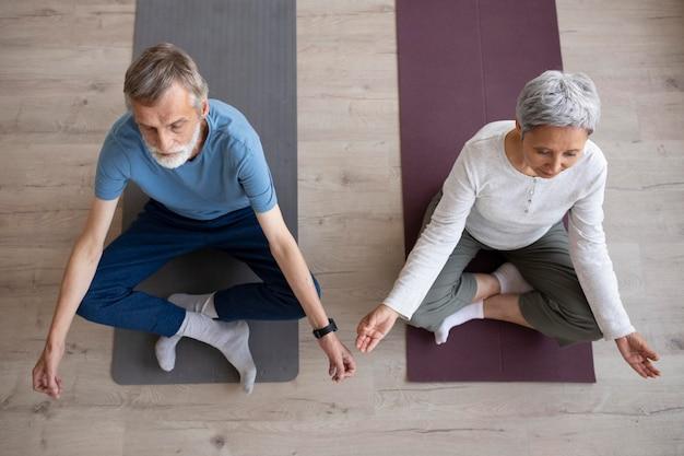Пара тренируется вместе дома