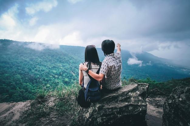 Пара путешественник ищет вид на природу на вершине горы.