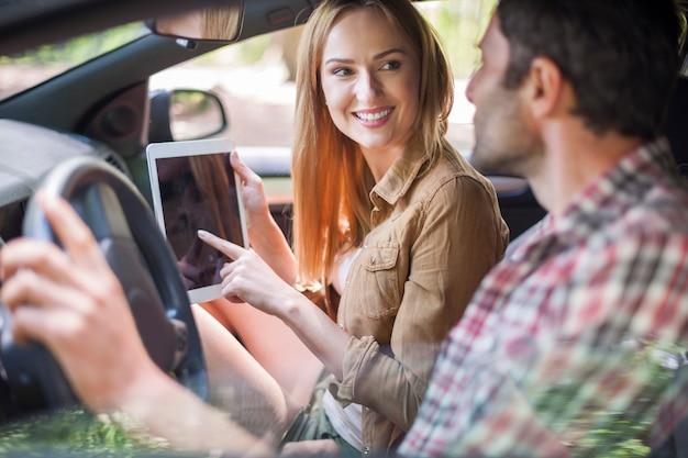 休暇に行くために車で旅行するカップル