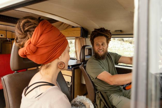 자동차로 여행하는 커플
