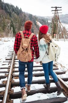겨울에 여행하는 커플
