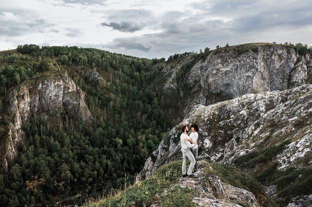 山を旅するカップル。山の愛のカップル。男と女の旅行。山の散歩。愛好家は自然の中でリラックスします。