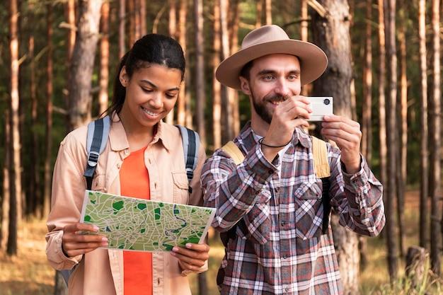 新しい目的地に一緒に旅行するカップル