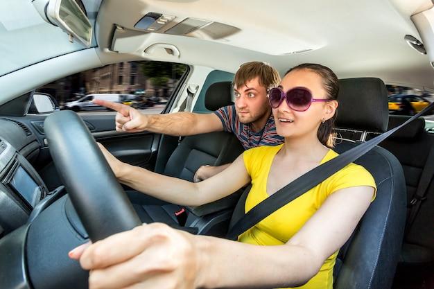 山の中を車で旅行するカップル