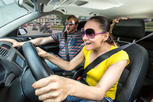 車で旅行するカップル