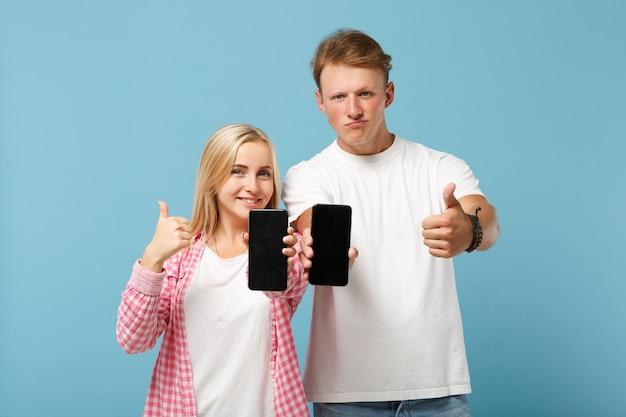 커플 두 친구 남자와 여자 흰색 분홍색 티셔츠 포즈