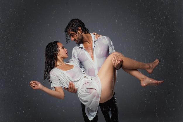 雨の下でのカップル