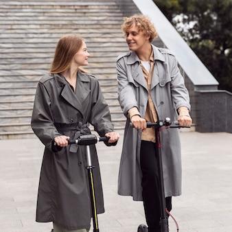 一緒に屋外で電動スクーターを使用しているカップル