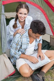 텐트에서 노트북을 사용 하여 몇