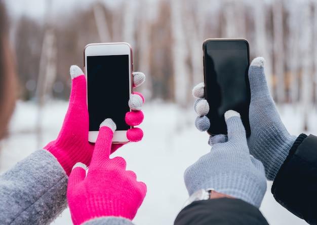 터치 스크린 장갑 겨울에 스마트 폰을 사용하는 커플