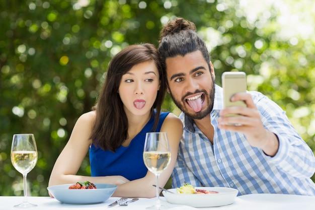 携帯電話で自分撮りを使用してカップル