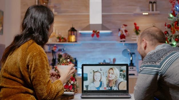 家族とのビデオ通話通信を使用しているカップル