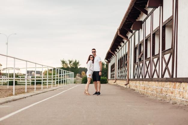 馬の牧場を訪れるカップル