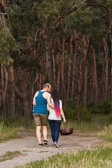 커플 산책 숲 피크닉 사랑 개념. 등산객 라이프 스타일입니다. 자연에 함께 합니다.