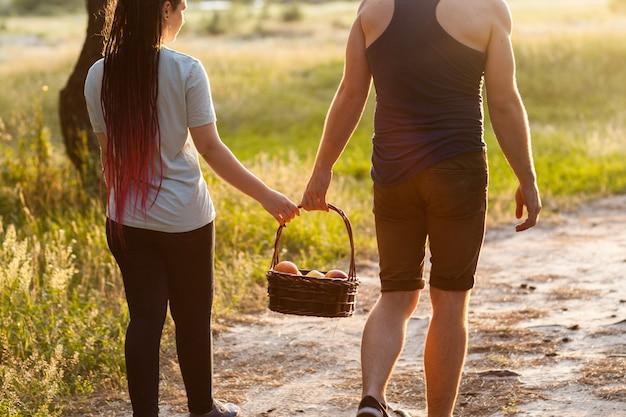 부부는 비공식 초원 피크닉 사랑 개념을 걷습니다. 등산객 라이프 스타일입니다. 자연에 함께 합니다.