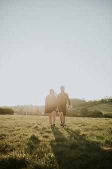 야외에서 손을 잡고 걷는 커플