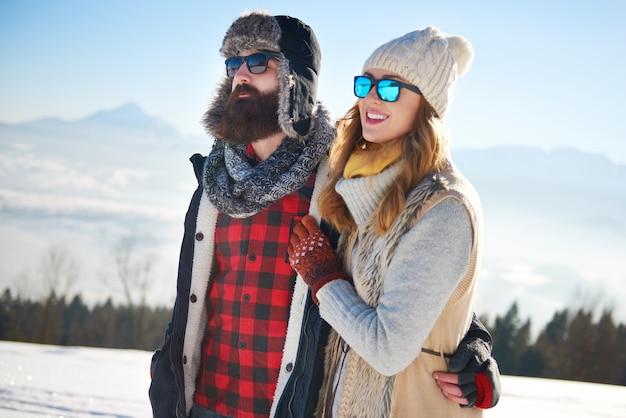 雪の中を歩くカップル