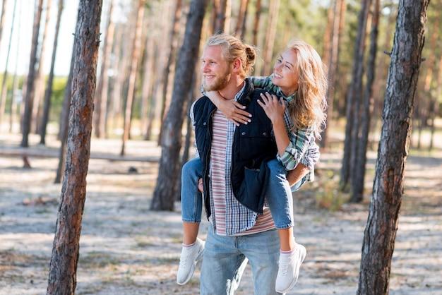Пара гуляет в лесу