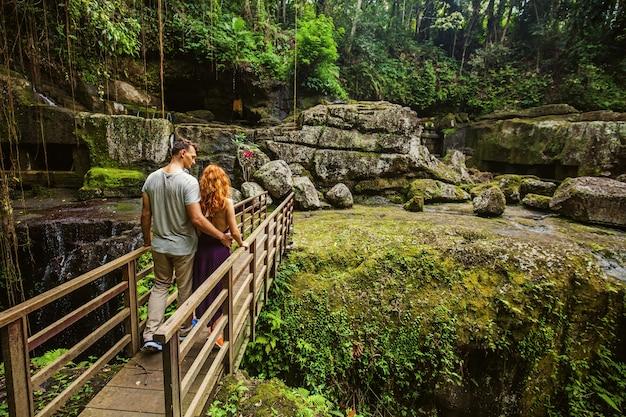 アジアの橋の上を歩くカップル