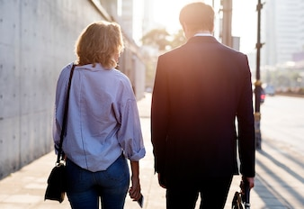 舗装の上を歩くカップル