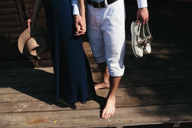 나무 판자에 걷는 커플