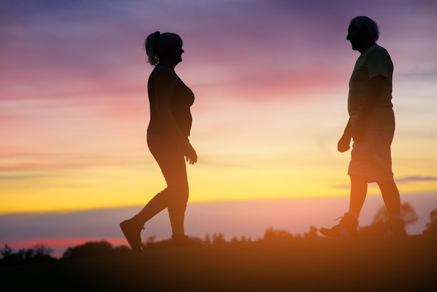 お互いに向かって歩いているカップル