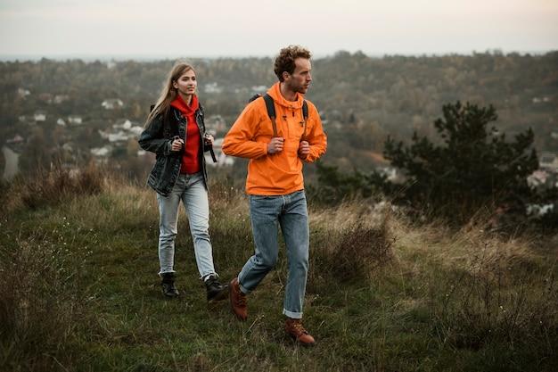 Пара гуляет во время поездки вместе