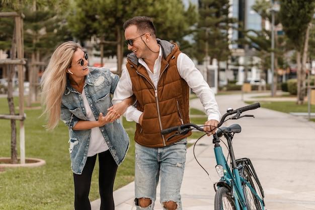 그들 옆에 자전거와 함께 산책하는 커플