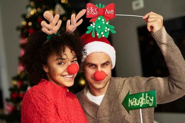 Пара хочет поцеловаться под омелой - традиция