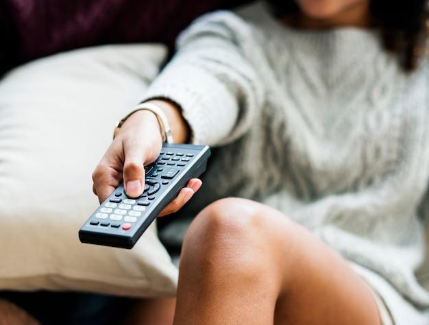 Пара смотрит телевизор показать вместе