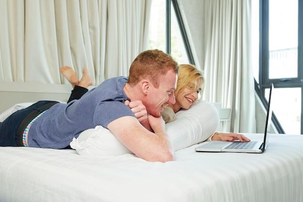 コメディ映画を見ているカップル