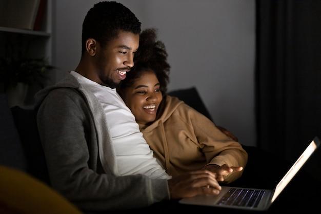 Пара смотрит netflix дома в помещении