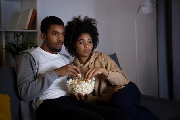 Пара смотрит netflix дома