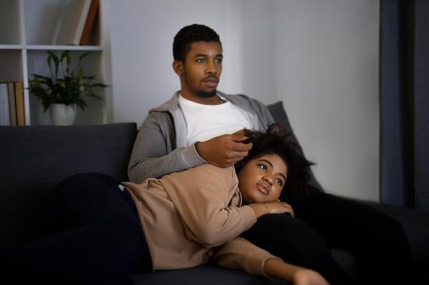 Coppie che guardano netflix a casa