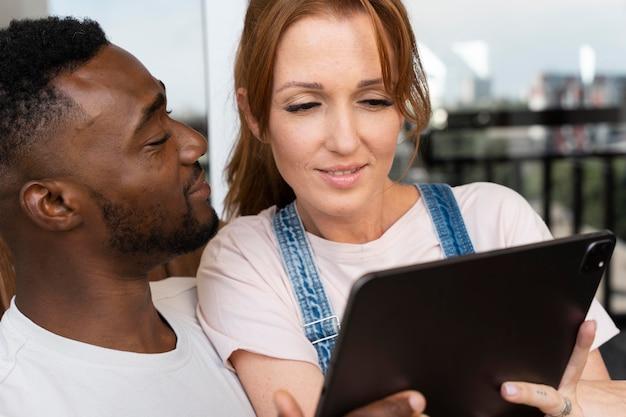 Пара смотрит netflix на планшете