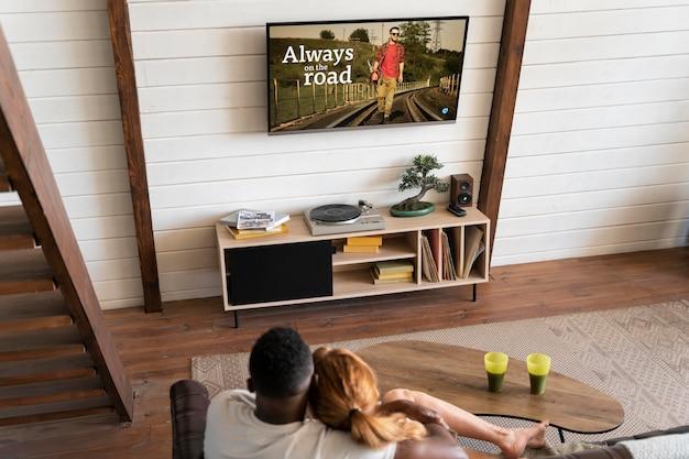 Пара вместе смотрит netflix в гостиной
