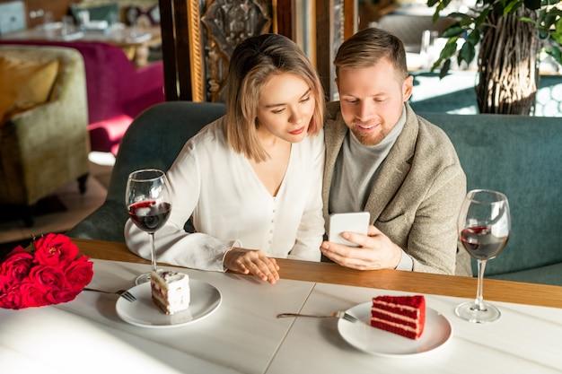 Пара смотрит что-то на смартфоне