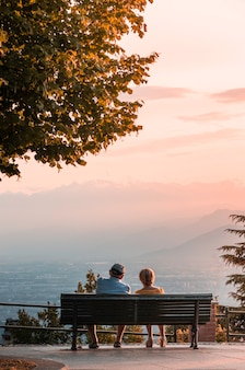 トリノで夕日を見ているカップル