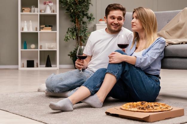 Coppia guardare la tv e bere vino