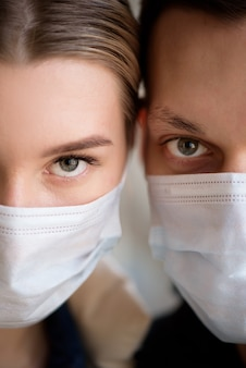 Пара в маске во время коронавируса в аэропорту