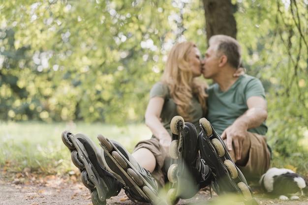 公園にいるローラースケート靴を着ているカップル