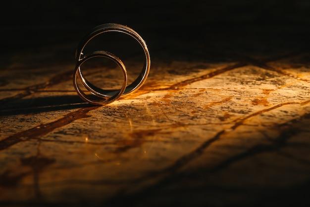 오래 된 대리석 질감에 커플 결혼 반지