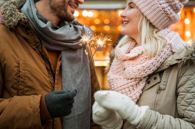 Coppia in inverno indossando giacche e sciarpe