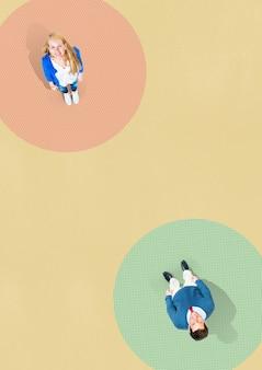 6フィートの社会的距離の背景を持つカップル