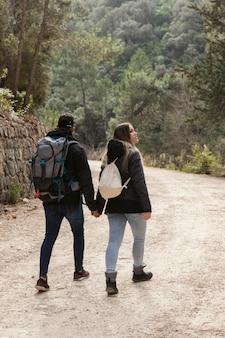 Coppia con zaino esplorando la natura