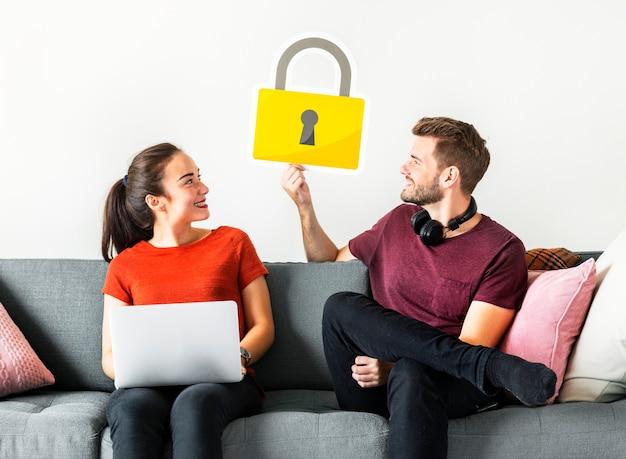 Пара с иконкой безопасности кибер-безопасности
