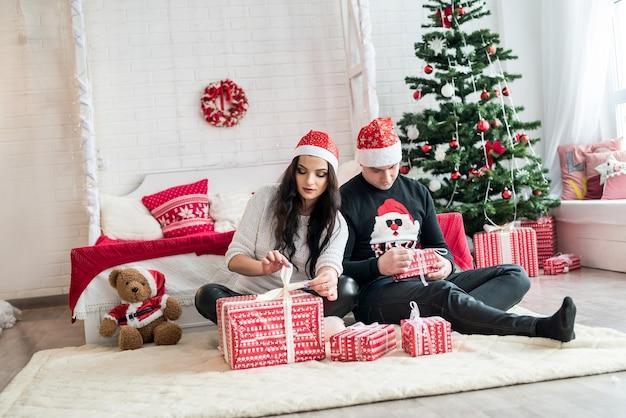 クリスマススタジオでモミの木とカップル