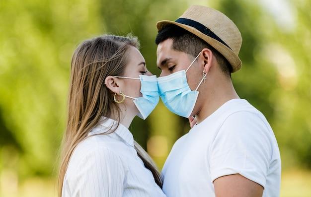 公園でキスするマスクとカップル