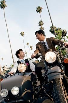 オートバイのミディアムショットとのカップル