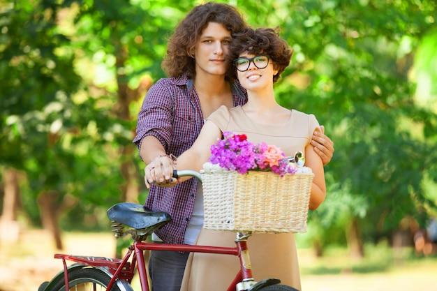 공원에서 복고풍 자전거와 커플